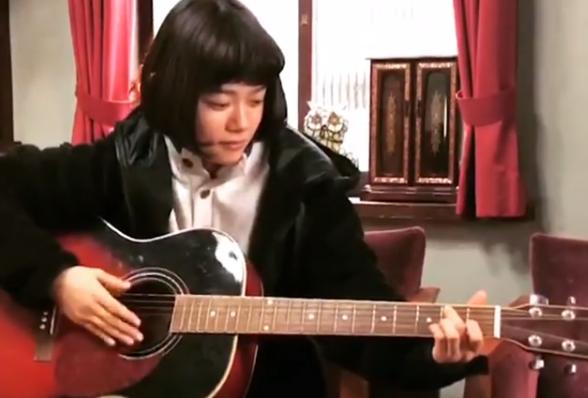 杉咲花、ギターを弾くレアな姿を公開!ファンから「最後可愛い」「続き求む」の声