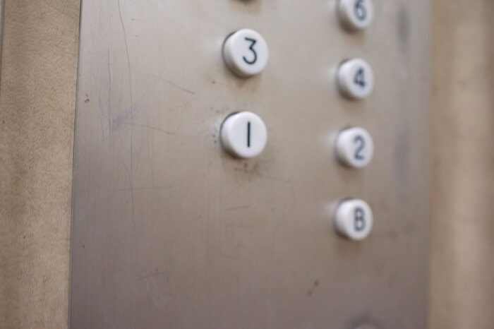 【夢占い】上昇するのは吉夢。下降するのは…エレベーターの夢の意味