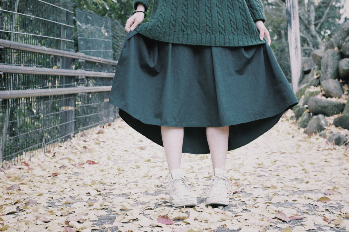 ニットとスカートを着た女性