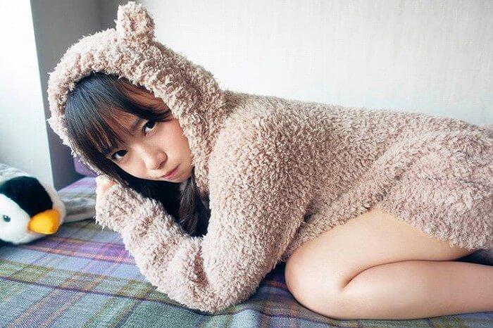 日向坂46 齊藤京子、太ももあらわな1st写真集先行カットに「あざと可愛い」「彼女感」の声