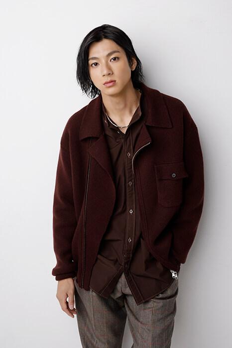 山田裕貫_ロン毛_黒いジャケットにチノパン_インタビュー03
