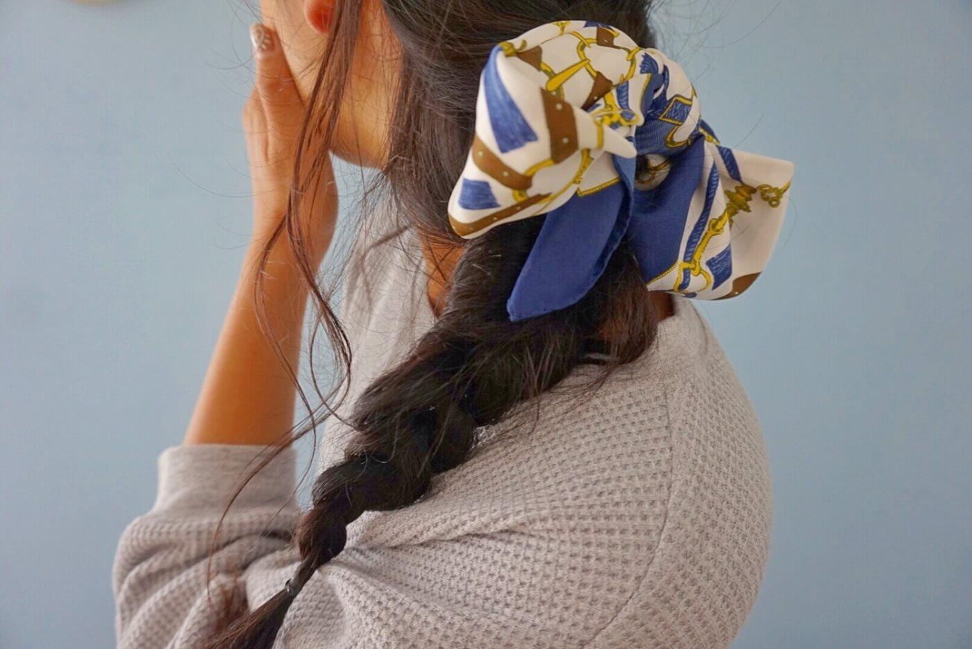 スカーフでヘアアレンジした女性