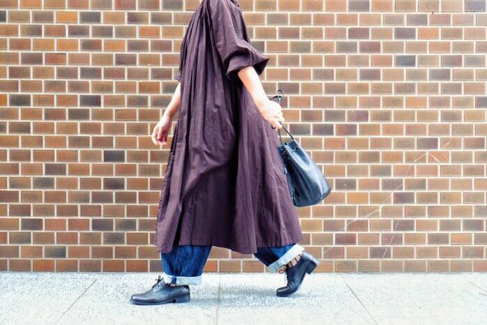 おしゃれな洋服で楽しそうに歩く女性