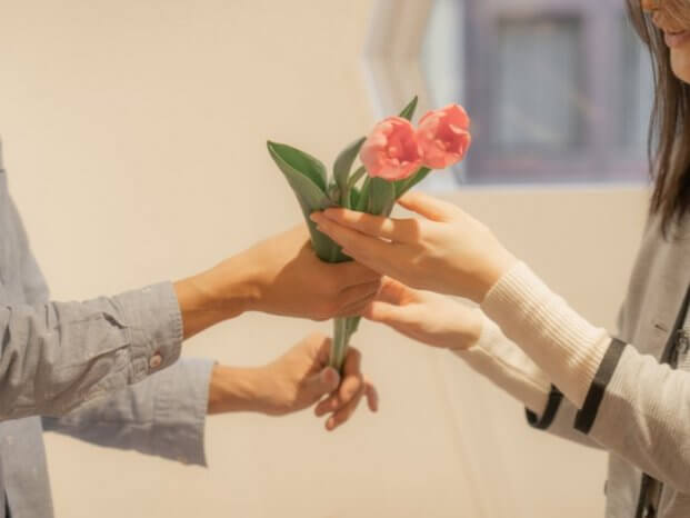 花束を受け取る女性