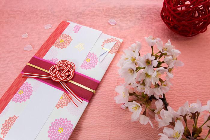 ご祝儀袋と桜の花