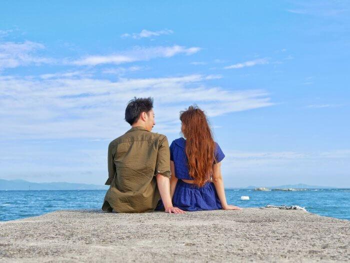 海デートをしているカップル