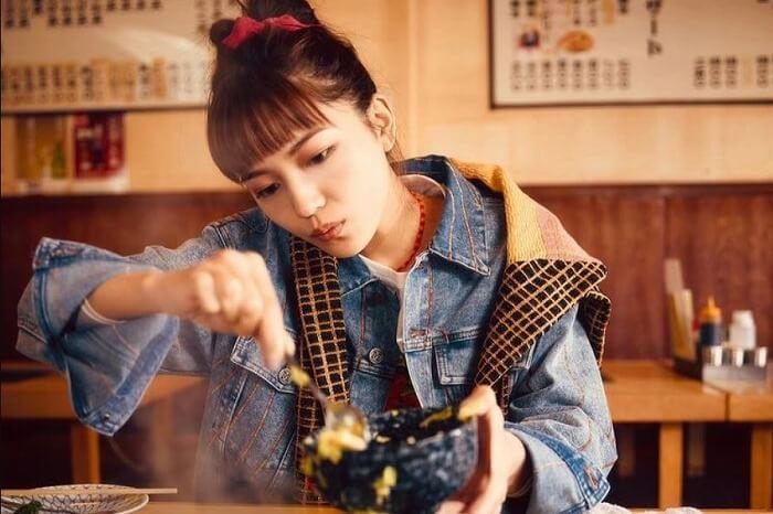 川口春奈、恋人目線で撮影されたもんじゃ焼きデート風の写真に「はーちゃん、可愛い」の声