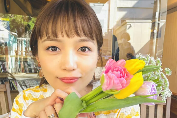 川口春奈、花束を持ったオフショットに「お花に負けないくらい美しい」と反響