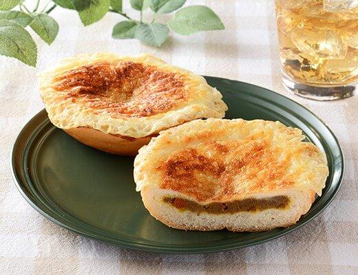 羽根つきチーズの焼カレーパン 140円(ローソン標準価格・税込)