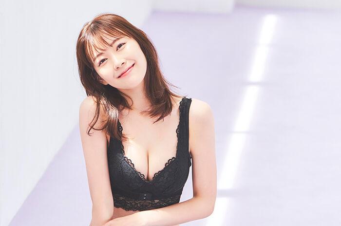 渡辺美優紀、ランジェリーショットを大胆披露!Tシャツ一枚で美脚&美尻見せ